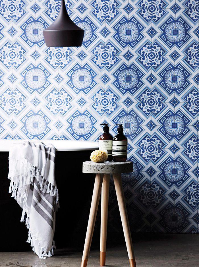 Tendances salle de bain salle de bain luxe baignoire il t for Carreau bleu mur salle de bain marseille