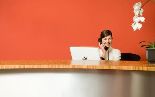 Devenir hotesse d'accueil : est-ce que ce métier est fait pour moi ?