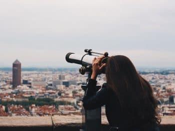 femme qui regarde la vue depuis fourvière
