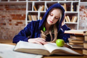 Jeune femme qui étudie