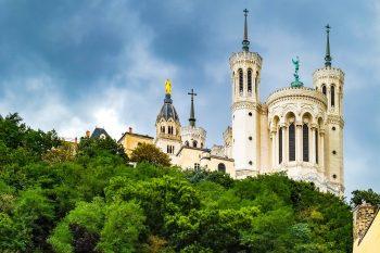 Basilique Notre-Dame de Fourvière à Lyon vue d'en bas