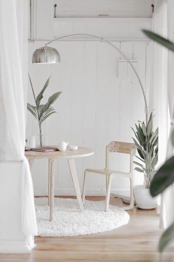 décoration intérieure lampe en métal table et chaises blanches
