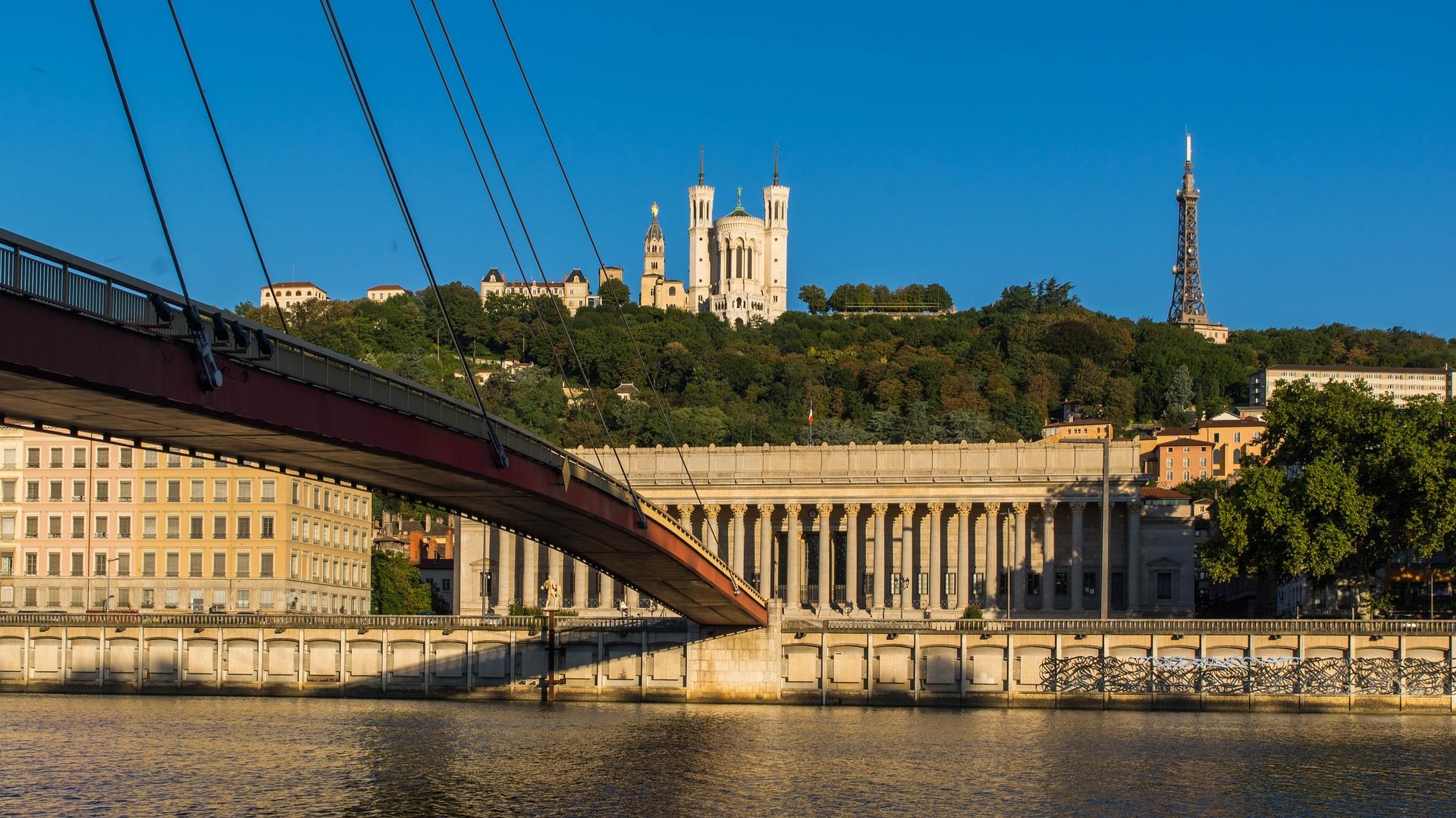 Basilique de Fourvière à Lyon vue depuis les quais de Saöne