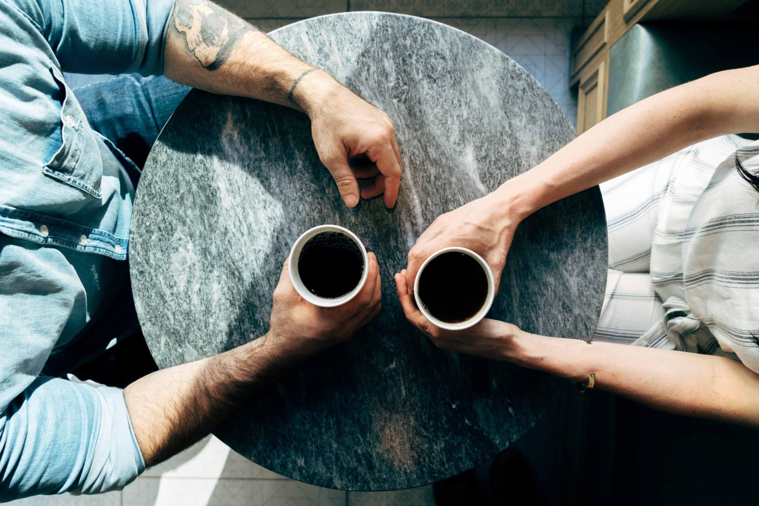 Deux personnes qui boivent un café, vues de haut