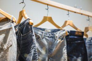 jeans accrochés à des cintres